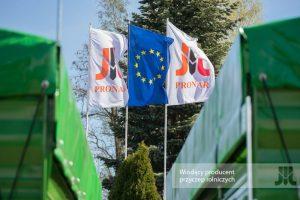 Wiodący z flagami Pronar Narew
